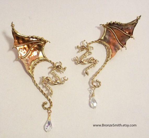 Diese Drachen Ohr Drähte wickeln um die Rückseite des Ohres also der Drachen vorne hängt und der Flügel erhebt sich hinter dem Ohr. Die Bronze ist