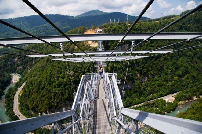 Construída a mais de 200 metros de altura, a ponte com 439 metros de extensão entrará para o Guinness Book como a mais a cumprida do mundo. Com capacidade para resistir ao peso de 30 mil pessoas, ela é suspensa apenas por cabos de aço