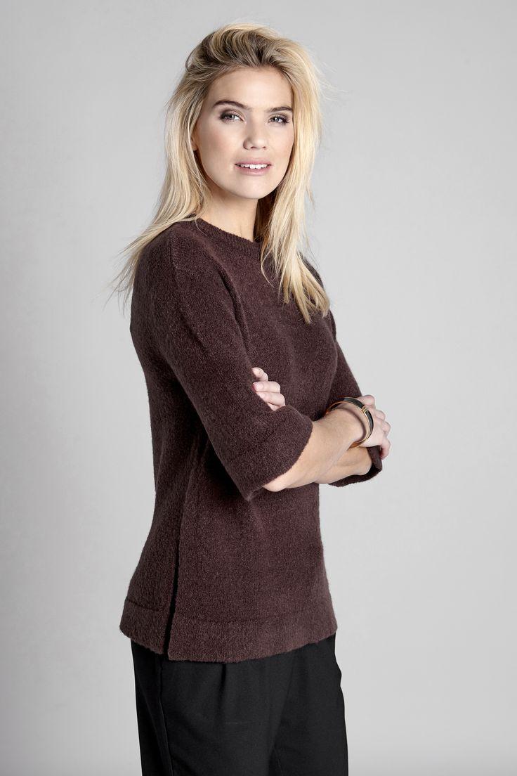 WEEKENDER Miękki pulower w modnym kolorze, 129 zł + czarne spodnie o luźnym fasonie, 139 zł.