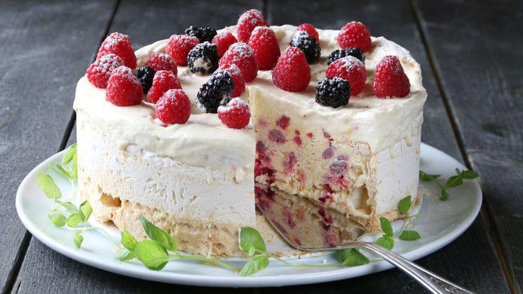 Trine Sandbergs iskremkake med bær og bunn av marengs kan lages mange dager i forveien