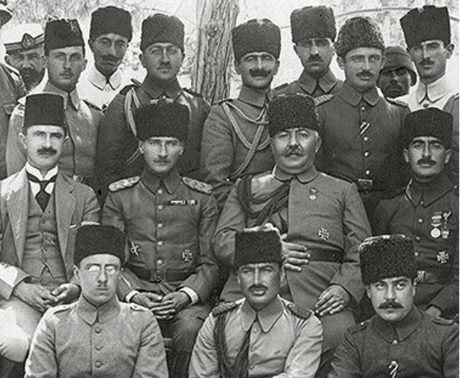 Mustafa Kemal Paşa, İzzet Paşa, Halil Paşa ve diğer ordu komutanları ile Halep'te, 1917.