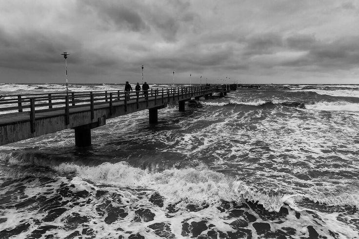 ich war heute Morgen noch mal auf der Seebrücke und es ist HERRLICH! Die Wellen haben erste Holzbohlen der Seebrücke gelöst und sie wurde jetzt teilweise abgesperrt. Wirklich beeindruckend die Naturgewalten und welcher Kraft die Wellen  gegen den Brückenkopf schlagen. Die Schäden die die Seebrücke jetzt davon trägt sind natürlich nicht schön aber das Wetter ist herrlich. Ich liebe es.  #thiema #mariothiel #altundunberechenbar #beardgang #beardbros #ig_germany #ig_deutschland…