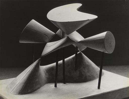 """Man Ray: """"Objet mathématique : Surface de Kummer à seize points doubles, dont huit réels"""" (1934-1936). Técnica: Gelatina de plata. Corriente: Vanguardismo."""
