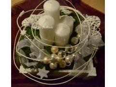 Květiny Vánoční květinová dekorace Vánoční věnce - Adventní svícen v dřevěné bílé provence krabičce