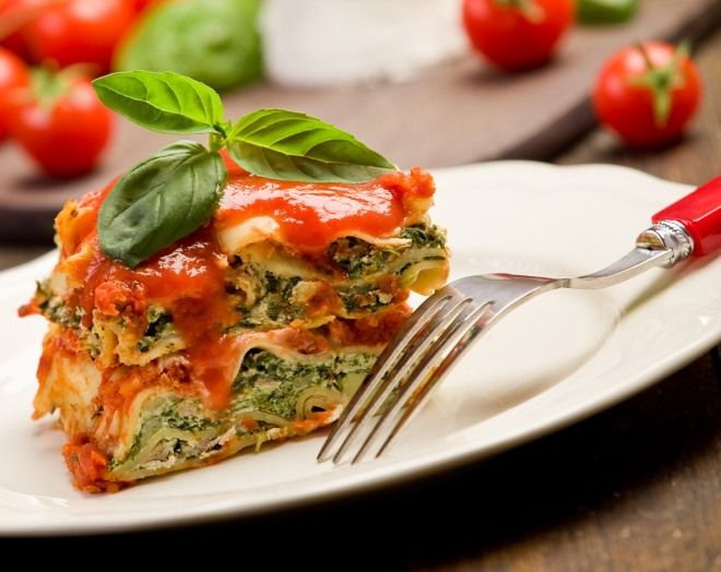 Lasagne al forno: buonissime, calde, perfette come piatto unico, ci fanno risparmiare. Con le lasagne risparmiamo perché possono essere considerate ricetta svuotafrigo, con cui terminare gli avanzi...