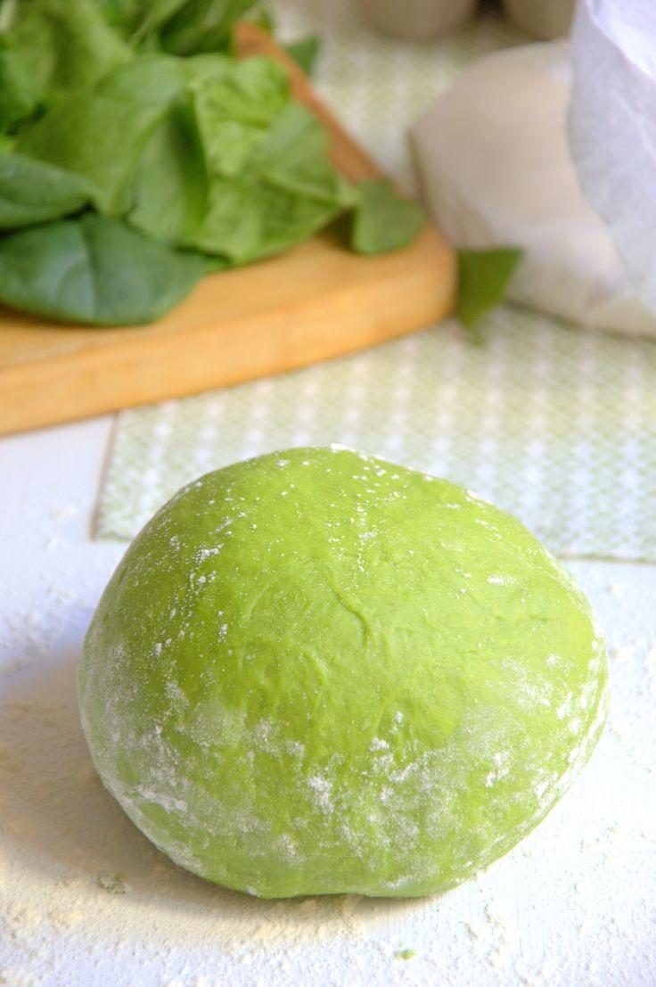 Para hacer pasta fresca de espinacas necesitamos ingredientes muy básicos. La pasta fresca sabe mucho mejor que la seca y hacerla no es nada difícil.