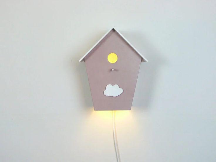 Una luz nocturna, lámpara – casita de pájaros de madera es ideal para decorar el dormitorio de los niños y llenarlo de una buena energía.