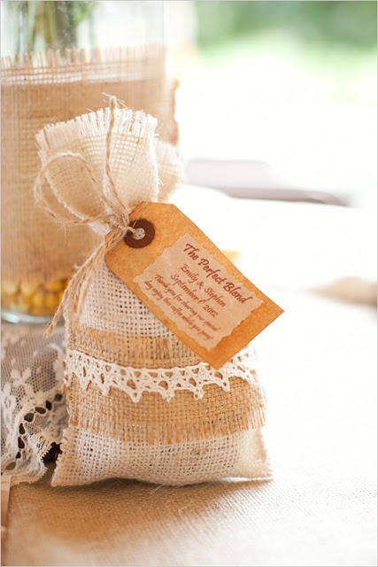 Juta na decoração de casamento. Fica um charme e se bem feito da um toque de delicadesa.