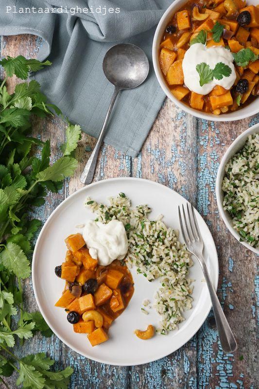 Zoete aardappelcurry met rozijnen, cashews en kruidenrijst