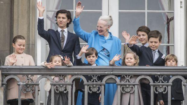 De kongelige bedstemødre elsker deres børnebørn, og det kommer der ofte skønne billeder ud af. Vi har samlet 40 søde billeder af de kongelige bedstemødre sammen med deres børnebørn.