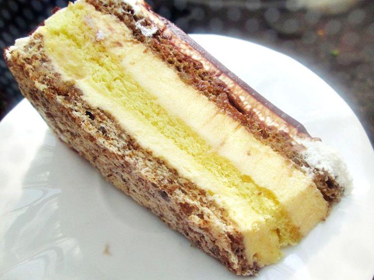 Reteta culinara Tort cu bezea de nuca,pandispan si crema de vanilie din categoria Torturi. Cum sa faci Tort cu bezea de nuca,pandispan si crema de vanilie