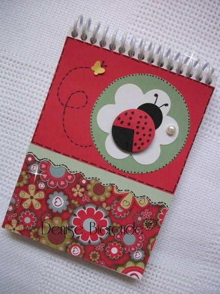 Bloquinho de anotações com folhas brancas, espiral e decoração na capa de joaninha. Uma linda lembrancinha para sua festa.