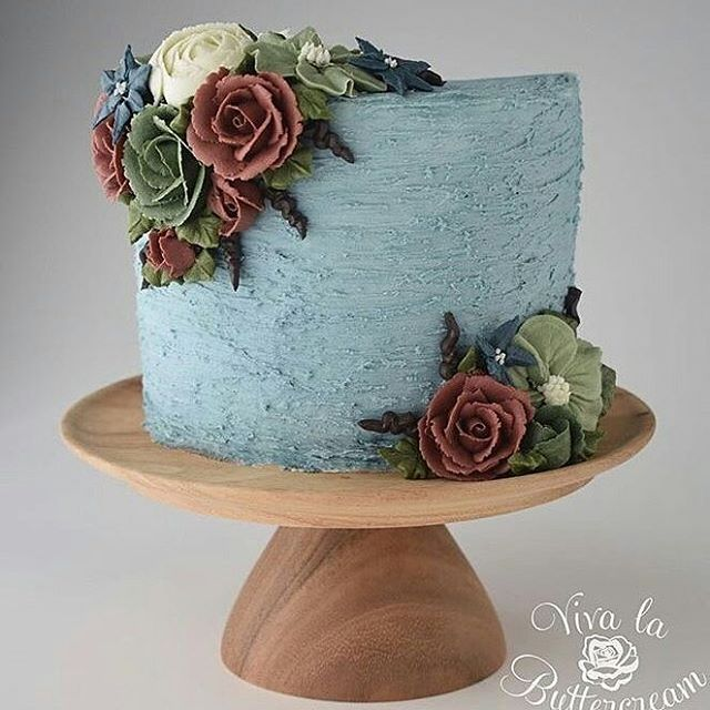 """Que bolo lindo !! @Regrann from @vivalabuttercream - """"Roses at Midnight"""" - Textured Buttercream, with hand piped Buttercream Flowers, by Kerrie Wyer ❤️ #vivalabuttercream #cakedecorating #buttercream #buttercreamroses - #regrann"""