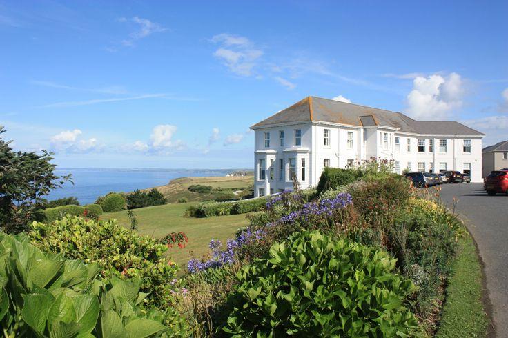 Nur wenige Kilometer vonLizard Point- dem südlichsten Punkt Englands - entfernt, liegt das Polurrian Bay Hotel. Wer es erreichen möchte muss erst einmal Mullion, das größte Dorf der Lizard Halbinsel, durchqueren. Es liegt etwas vom Meer entfernt auf der Ebene und bietet nicht den pittoresken Anblick anderer Bilderbuchdörfer in Cornwall, wie beispielsweiseCoverack, Cadgwith oder Mousehole. ...
