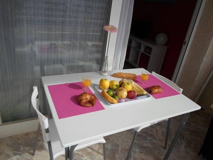 Flat in Calvia (Mallorca), Spain. Jolie appartement proche de la mer. 55m2, chambre avec grand lit, salon avec canapé lit convertible, cuisine tout équipe, balcon. Idéalement situé sur l'île pour des vacances à Majorque. Proche de la capitale Palma (30km) et à 30 mn de l'aéroport ...