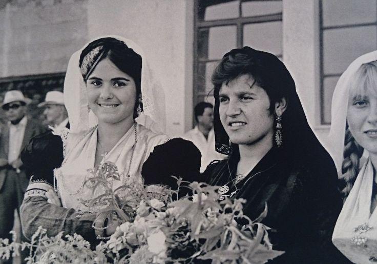 Νεαρές γυναίκες με παραδοσιακές φορεσιές Άγιος Πέτρο Λευκάδας.  Fritz Berger «Λευκάδα Άνθρωποι και Τοπία» και «Λευκάδα ένα ταξίδι στο χρόνο».