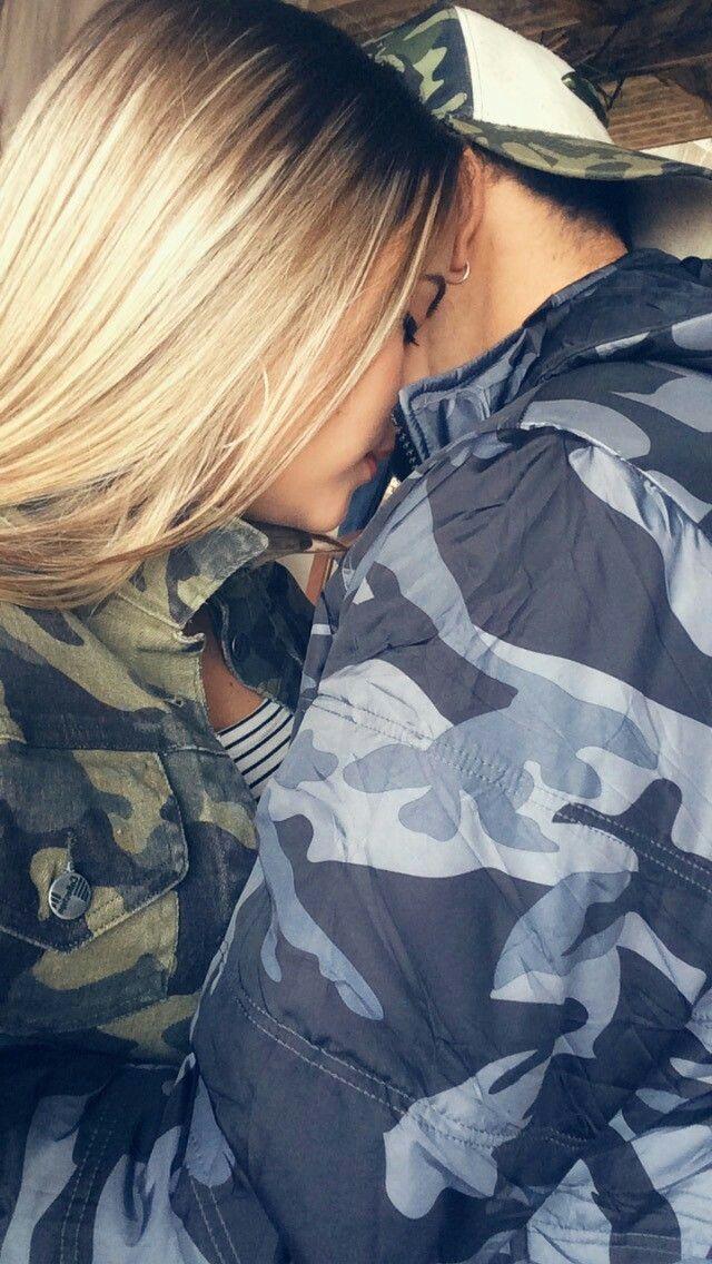 Картинка парень с девушкой обнимаются без лица на аву блондинки