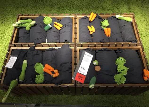 Gezien bij IKEA; een groentetuin. In een bak een aantal kussens plaatsen en vervolgens de speelgoedgroenten ertussen stoppen. (Kleutermeester Rob)