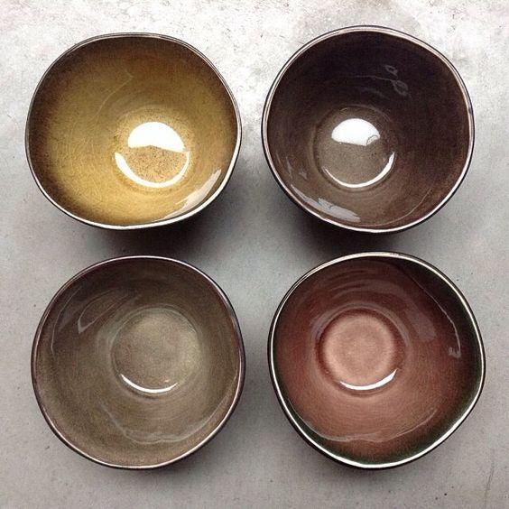"""Superbe vaisselle design en céramique créée par Pascale Naessens pour Serax. Les assiettes """"pure"""" affichent de belles lignes organiques et des couleurs chaleureuses inspirées de l'artisanat tunisien. Cette vaisselle authentique mettra vos plats en valeur comme nulle autre."""