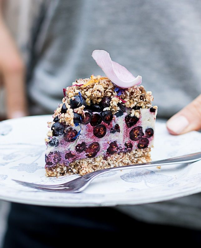 I made this gorgeus cake with a friend this summer after a whole day in the swedish forrest picking fresh ...