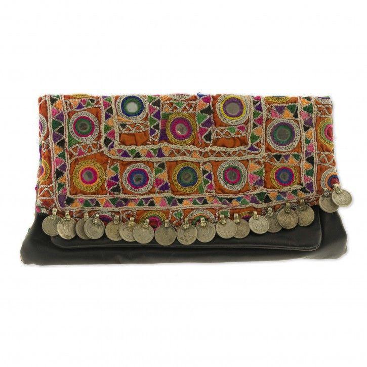 Clutch | Boho Chique *** Maak je outfit af met deze prachtige clutch van Habibah in boho chique stijl. De clutch heeft een zwarte basis en is gemaakt van een antieke vintage stof en bewerkt met Indiase muntjes. De binnenzijde heeft een mooie afwerking van soepel leer.