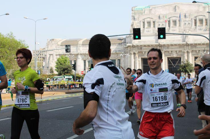 Alcuni #Corsari di HUMANA al punto di cambio della staffetta.  #milanomarathon #marathon #staffettaMi #staffetta #milan #running #run #runners