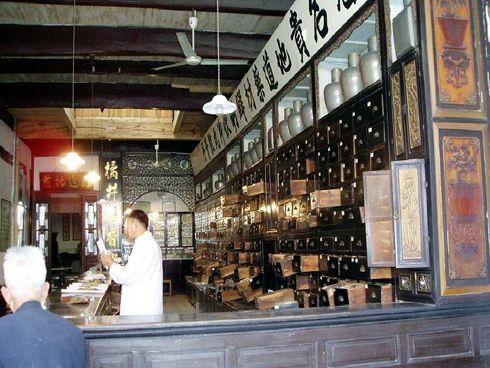 Sklep ziołowy w Chinach. Tak to kiedyś wyglądało. Ostatnio jednak dużo się zmienia. Nowoczesność jest wszechobecna - nawet w medycynie tradycyjnej.
