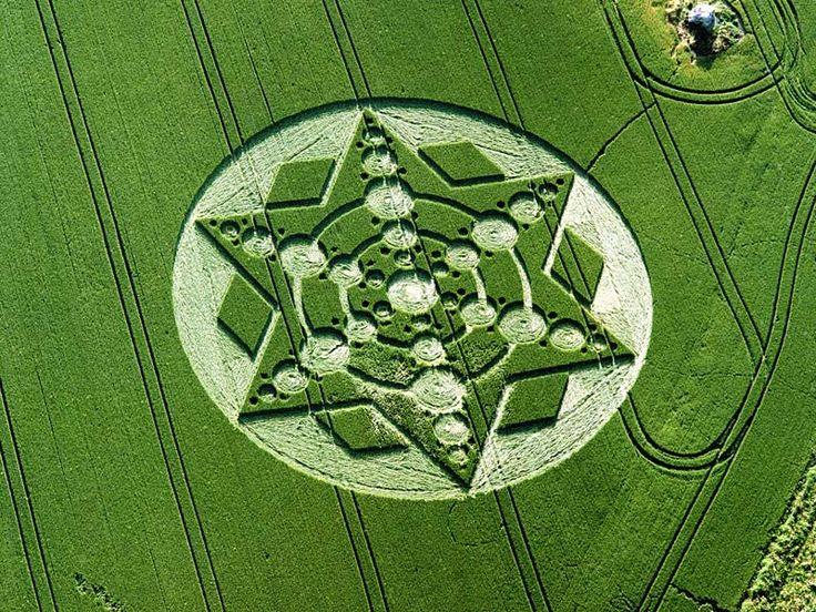 I cerchi nel grano (in inglese crop circles), o agroglifi, sono aree di