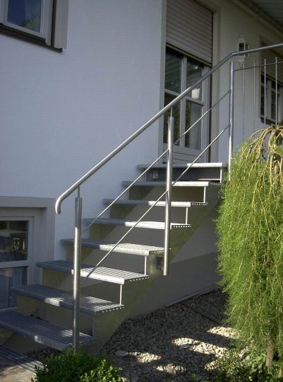 Außentreppe, mit aufgesattelten Gitterroststufen und Edelstahlgeländer.