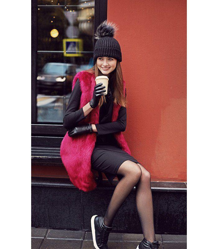 Модный жилет из искусственного меха – яркий и практичный элемент осеннего гардероба. Смело сочетайте его как с любимыми платьями и брюками, так и с любыми джинсами. Модный прием на заметку: наденьте такой жилет с кожаной курткой по фигуре или тонким пуховиком и вы получите возможность наслаждаться им даже самой холодной осенью