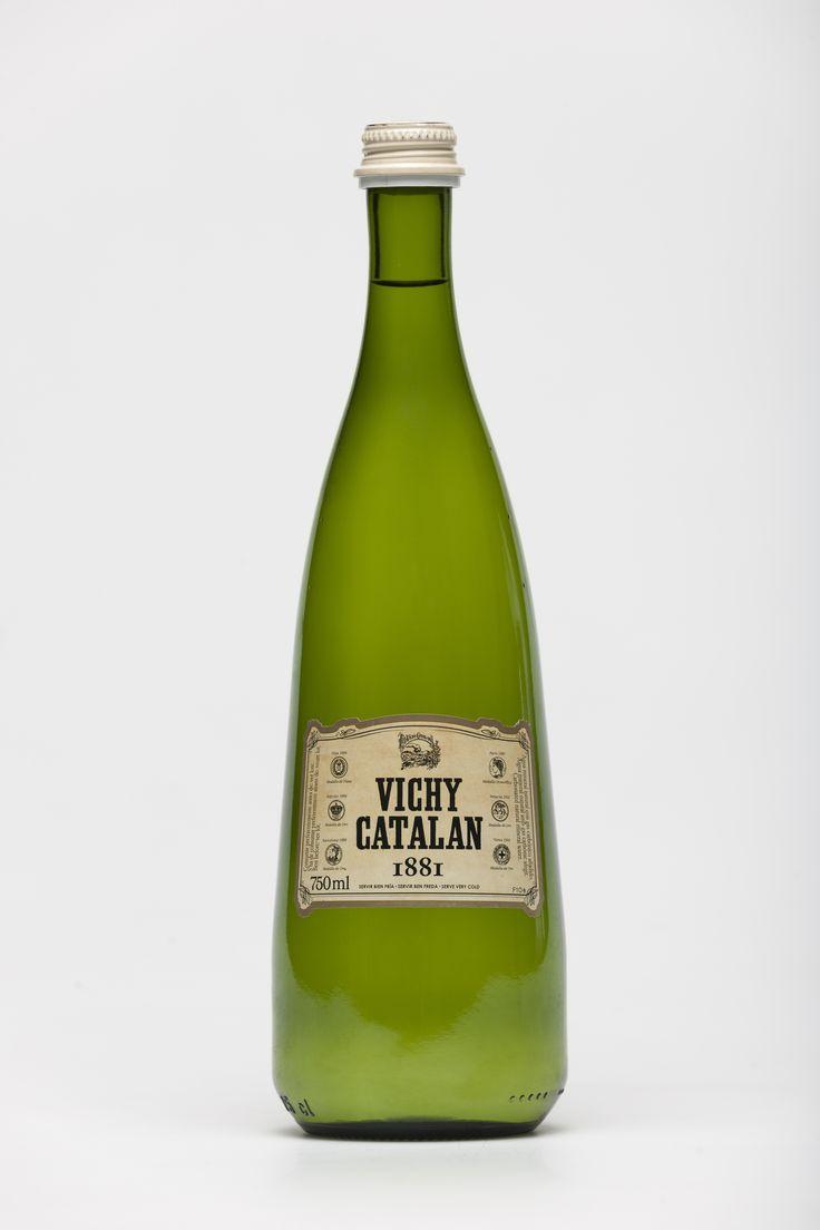 Vichy Catalán vuelve a romper moldes con la nueva botella 1881, inspirada en el diseño de las primeras botellas de finales del siglo XIX. Vichy Catalán 1881 es una mirada al pasado, una revisión de los orígenes de la marca en clave moderna que nos acerca a la época que marcó un antes y un después en la historia de las aguas minerales de este país: la época en que el fundador de la marca, el doctor Modest Furest, inició el proceso de embotellado y distribución de esta agua 'premium'.