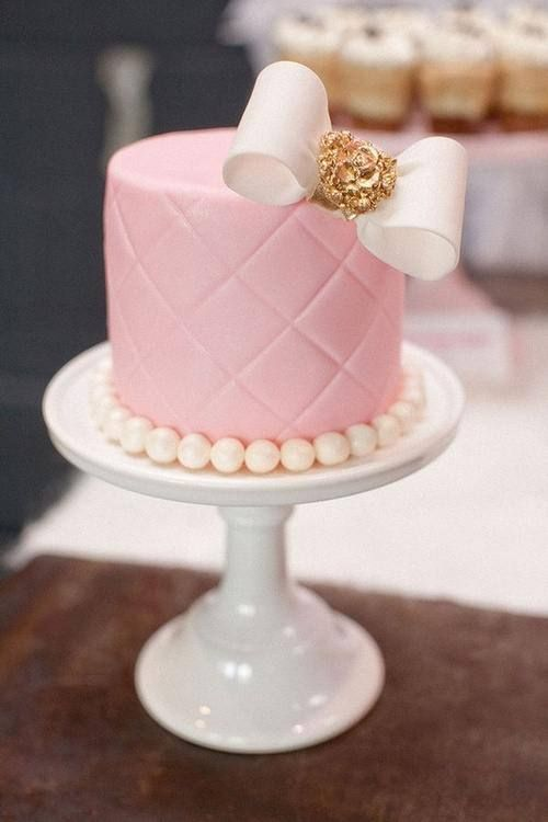 Anything with a bow and i am in <3 cutest cake ever