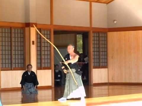 Yawatashi  Hayashi Fumio Sensei, Hanshi 8e Dan    2010年12月5日。兵庫県立弓道場で行われた臨時中央審査における矢渡しです。 射手範士八段林文夫先生、第一介添え範士八段近藤峯英先生、第二介添え教士八段沖田春義先生