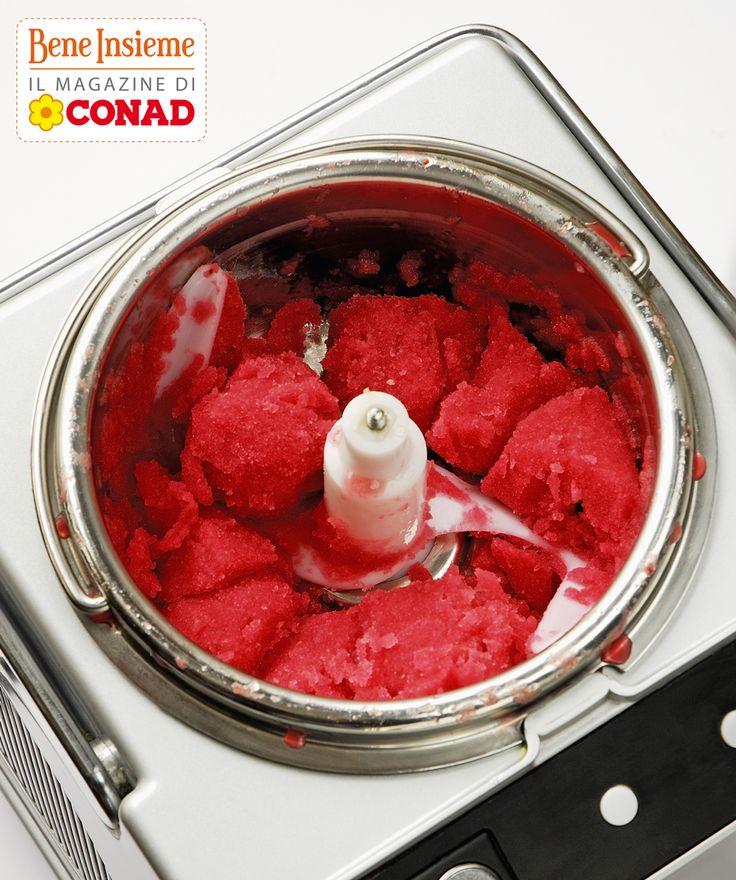 Avere una #gelatiera in casa non è soltanto una comodità se siete ghiotti di gelato: significa poter scegliere gli ingredienti personalmente. Un sogno, per chi soffre di intolleranze! Tu ne hai una? è autorefrigerante o pre-raffreddamento?
