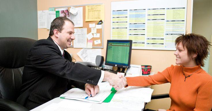 Responsabilidades de un subdirector. Los subdirectores, también conocidos como directores asistentes, se encuentran en escuelas públicas y privadas. La responsabilidad principal de un subdirector es asistir al director en las tareas administrativas. Los deberes de un subdirector varían dependiendo de la escuela, pero las responsabilidades a menudo incluyen programar, contratar, ...