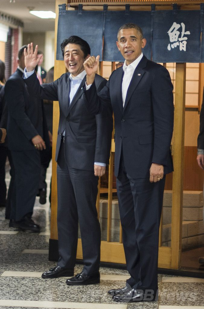 東京・銀座にあるすし店「すきやばし次郎(Sukiyabashi Jiro)」での夕食会を終え、店を後にする安倍晋三(Shinzo Abe)首相(左)と米国のバラク・オバマ(Barack Obama)大統領(2014年4月23日撮影)。(c)AFP/Jim WATSON ▼24Apr2014AFP オバマ大統領、高級すし半分しか食べず? http://www.afpbb.com/articles/-/3013468 #Barack_Obama #Shinzo_Abe #Tokyo #Sushi