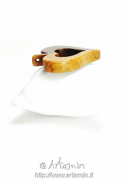 MYlove,ciondoloartigianale in legno di noce e rovere.Artamin produce ciondoli in legno, gioielli in legno fatti a mano e personalizzati. Consegna espressa