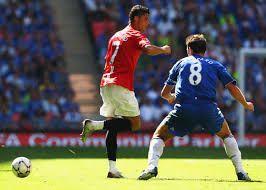 En esta jugada observamos como el jugador de la casaca roja realiza un taco , mientra el otro jugador se ve un poco perdido ya que la jugada fue inesperada.