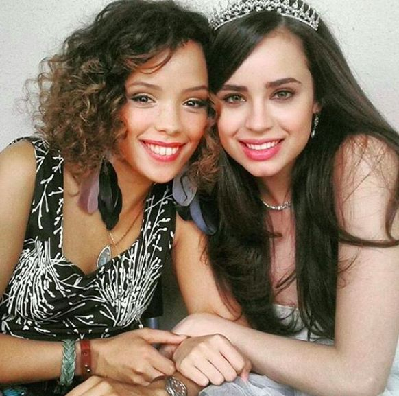 A Cinderella Story If The Shoe Fits 2016 Cast Sofia Carson And Nicole Fortuin In A Cinderella Story If The Shoe Fits 2016 Sofia Carson Cinderella A Cinderella Story Sofia Carson