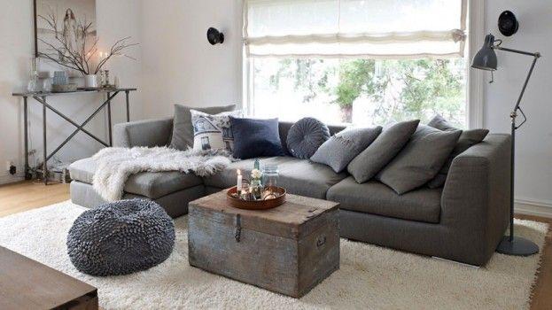 De witte muren en houten vloer maken het huis licht en doen de aardetinten in het interieur goed uitkomen