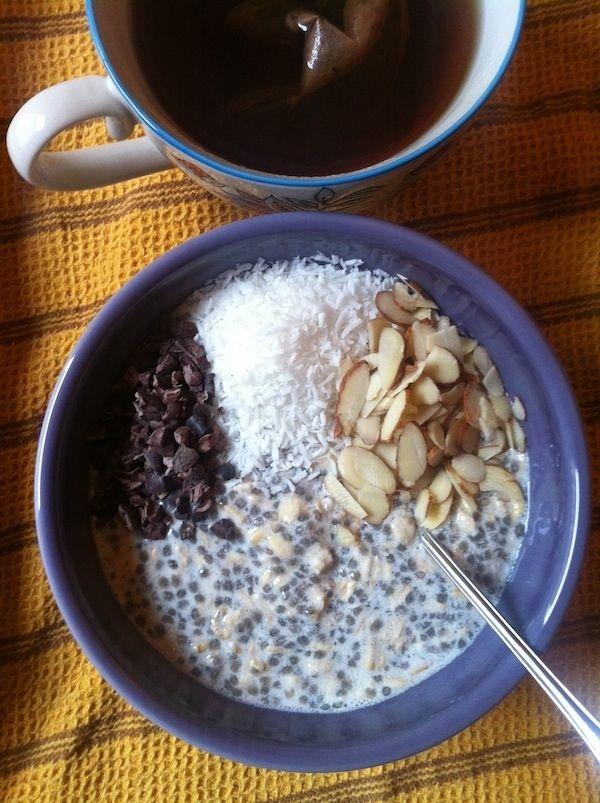 's avonds klaarmaken: 3 lepels havermout in 4 lepels soya youghurt + 1 koffielepels chiazaden + 1 koffielepel lijnzaad + 2 callets rauwe cacaomassa + klein handje noten snipperen.....eventueel 1 afgestreken soeplepel gedroogd fruit toevoegen....gezond en lekker!!!!