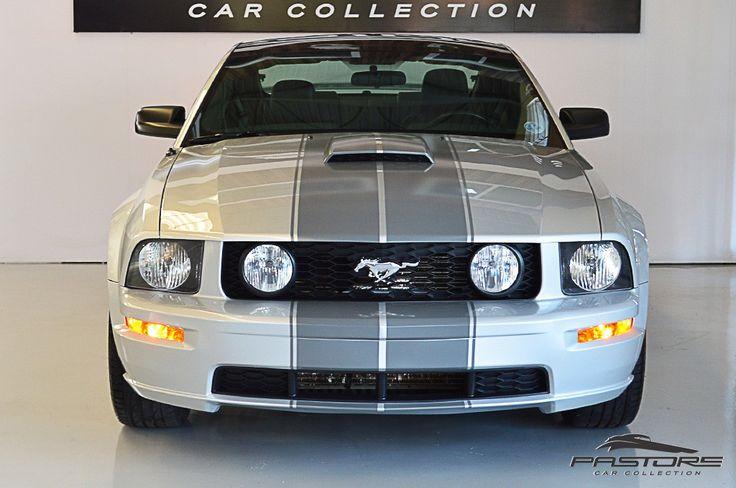 Ford Mustang GT Premium 2009 . Pastore Car Collection              Ford Mustang GT Premium 45th Anniversary Edition 2008/2009 em ótimo estado, 54.900km! Veículo sem detalhes! Com teto de vidro!  Motor dianteiro, longitudinal, V8, 3 válvulas por cilindro com comando variável, 4606 cm³, potência de 304 cv a 5750 rpm e torque de 44,2 mkgf a 4500 rpm. CD Player com leitor para MP3 (6 Discos) Shaker 500 O longo capô, a traseira curta e a caída acentuada do teto do Mustang 2009 (Quinta Geraçã...