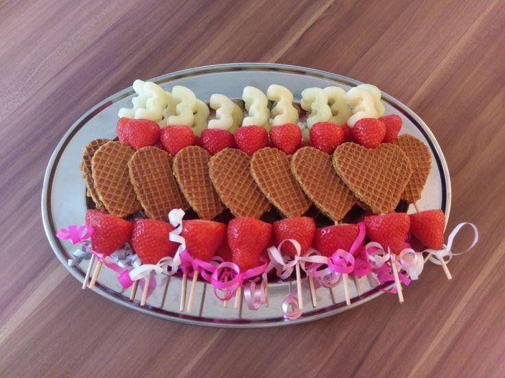 Traktatie van stroopwafel, aardbei en meloen.