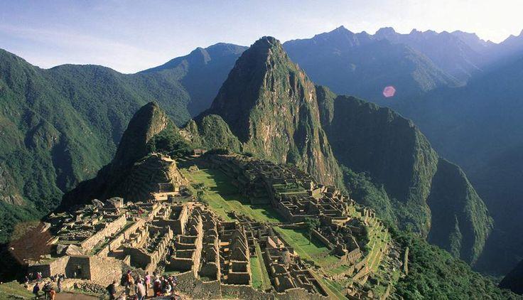 Machu Picchu significa montaña vieja, es considerada una obra maestra de la arquitectura y la ingeniería del imperio Inca, une las montañas Machu Picchu y Huayna Picchu, según los historiadores fue construida aproximadamente en el siglo XV habría sido una de las residencias de descanso de Pachacútec y se presume su utilización como santuario religioso, está ubicada en el distrito de Machu Picchu, provincia de Urubamba, a 112,5 km al noreste de la ciudad del Cuzco.