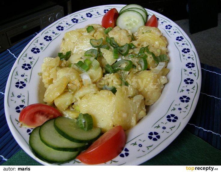 Uvařit brambory ve slupce, oloupat a nakrájet na kolečka. Cibuli nakrájet nadrobno a spařit horkou vodou, okurky pokrájet na kostičky. Všechno...