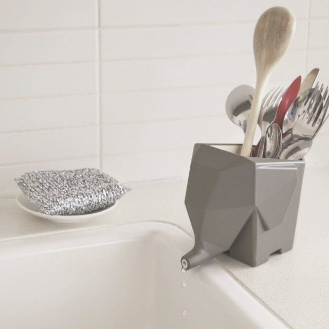 This elephant-shaped drainer uses its trunk to drain extra water. Simply place it by the sink to get rid of extra water. Ideal also as a toothbrush holder.Measurements H 16 cm / W 10 cm / 11,7 cmMaterials Plastic