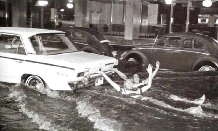 """Inundación en Polanco el 9 de agosto de 1967, dos jóvenes aprovecharon para hacer """"esquí acuatico"""" en el cruce de Horacio, Presidente Masarik y Mariano Escobedo."""