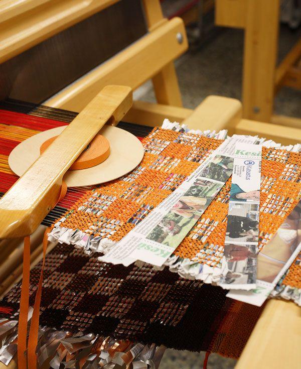 Sanomalehtipaperikin käy kuteeksi! Paperisuikaleista on kudottu liina värikkääseen puuvillaloimeen. Samaan loimeen on kudottu myös kahvipusseista leikatuilla kuteilla pannunaluset. Sanomat (3303) Mallikerta-lehdessä nro 3/2009.