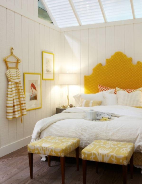 高さのあるヘッドボードが黄色でインパクトのあるベッド。壁にかけた額縁や、ワンピースも黄色で揃えて、かわいいお部屋に。