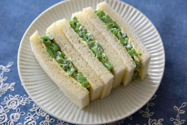 スナップエンドウのゆで時間をマスター! 人気料理家・冨田ただすけさんの朝食サンドイッチレシピ 鮮やかな緑色にシャキシャキとした食感、豆の香りと甘みがさわやかな「スナップエンドウ」。さっと塩ゆでしてそのまま食べてもいいし、サラダや炒め物にプラスすれば料理に彩りを与えてくれる。 今が一番美味しい! スナップエンドウの旬は春〜初夏 「スナップエンドウはまさに今、春〜初夏にかけてが旬なんですよ」と教えてくれたのは、持続可能な農業の普及を目指し活動する「坂ノ途中」スタッフの倉田優香さん。倉田さ...